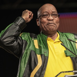 South African President Jacob Zuma gestures as he gives his closing remarks during the closing session of the South African ruling party African National Congress policy conference in Johannesburg on July 5, 2017. / AFP PHOTO / GIANLUIGI GUERCIA
